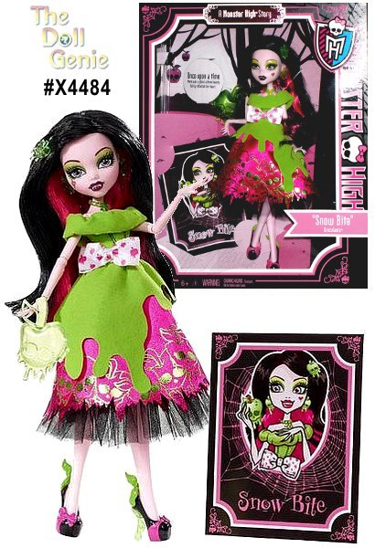 Monster High Scarily Ever After Snow Bites dress is made from neon green fabric. The underneath skirt is made from pink fabric with green and black apples shaped like Monster High skulls printed on the fabric. The edge of the skirt is decorated with black net. A white bow printed with pink apples shaped like Monster High skulls is tied at the waist. Accessories include the Snow Bite book, a poison apple-shaped purse, necklace and ear-rings. Her hair is long, straight black and with pink and a green apple hair clip.